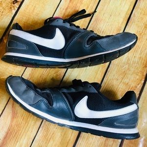 Nike Black & Gray Eclipse Tennis Shoes